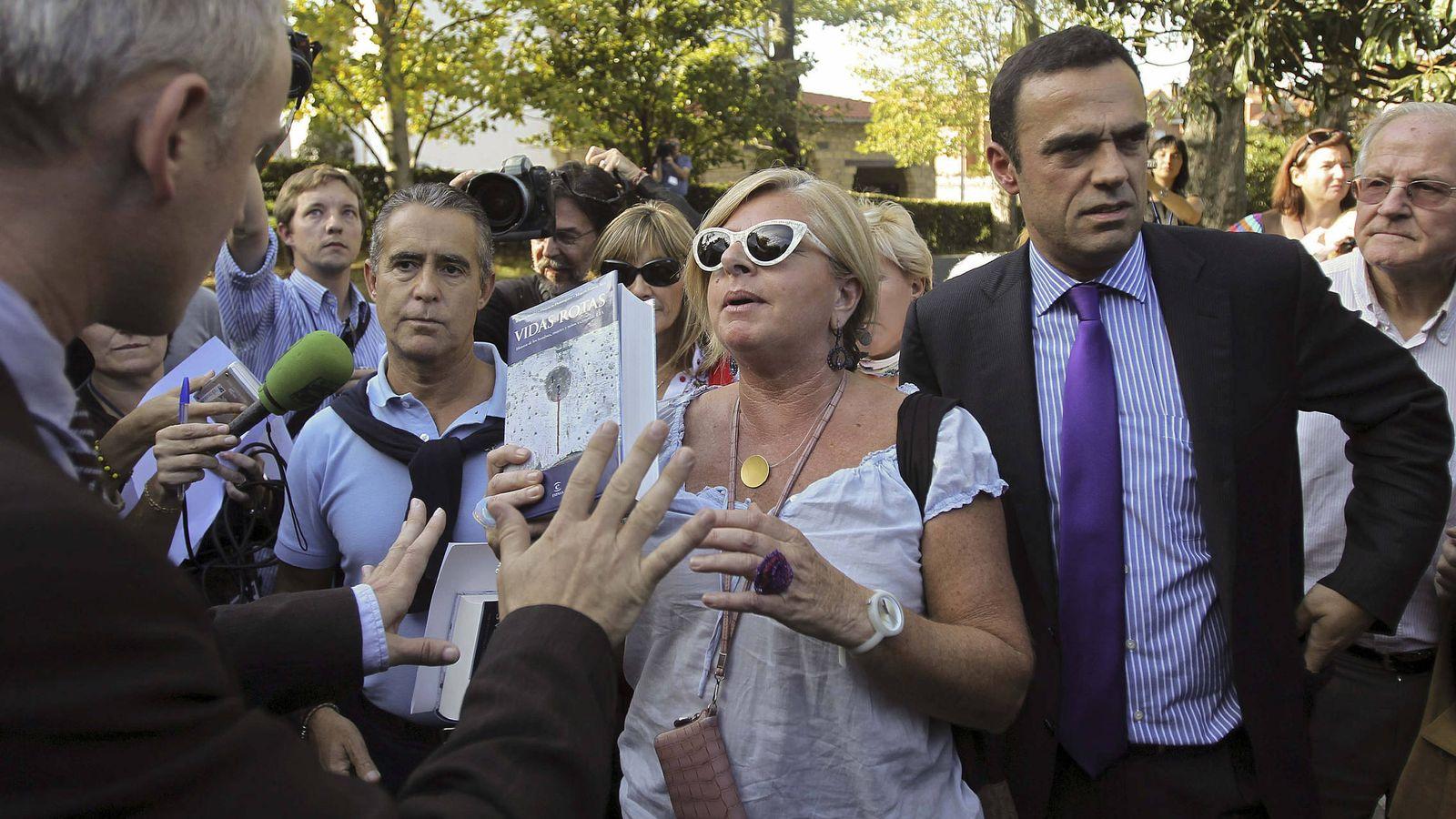 Foto: Rubén Múgica, junto a Consuelo Ordóñez, en una protesta de Covite en San Sebastián con motivo de la denominada Conferencia de la Paz en 2011. (EFE)