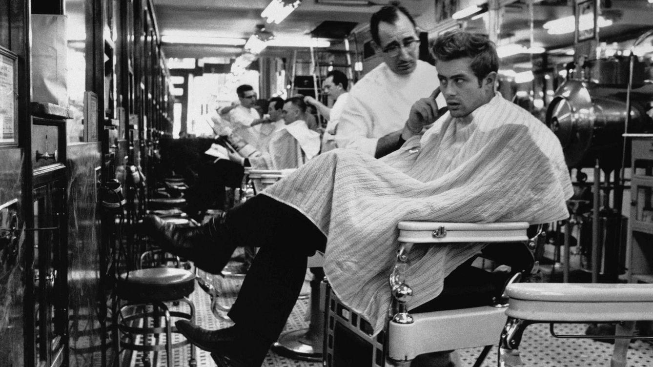 Foto: El actor James Dean, en una barbería de Nueva York. (Getty Images)