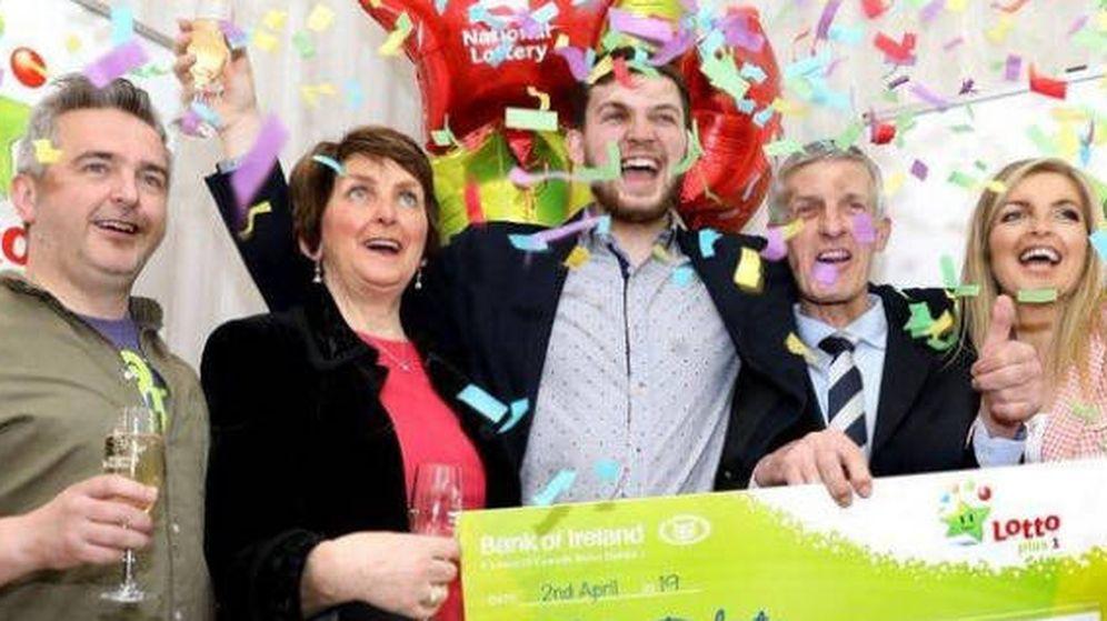 Foto: Odhran y su familia en el momento de recoger el cheque de ganador (Foto: National Lottery Ireland)