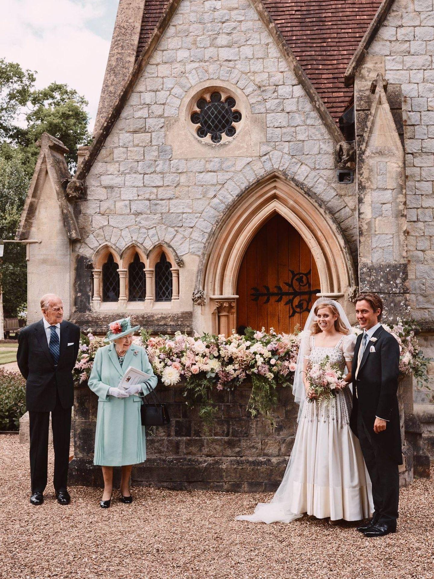 Isabel II con su nieta y su marido.