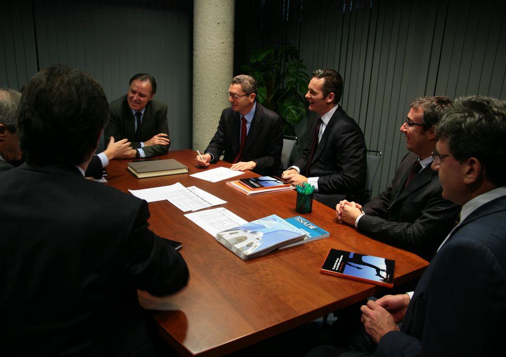 Foto: De derecha a izquierda: Carlos García-Revenga, Diego Torres, Iñaki Urdangarin, Alberto Ruiz-Gallardón, Carlos Losada y Marcel Planellas (de espaldas)