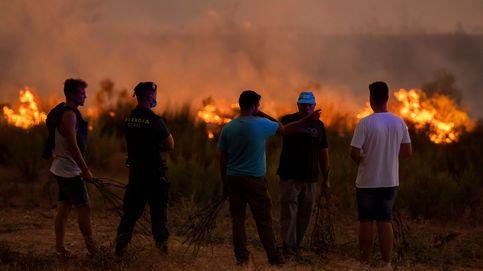 Cien efectivos y 19 aeronaves para contener el incendio de Almonaster (Huelva)