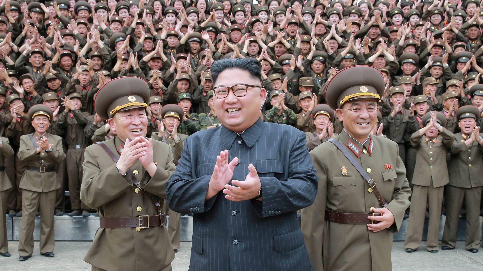 Foto: El presidente norcoreano Kim Jong-un rodeado de oficiales y miembros de la Fuerza Estratégica del Ejército Popular de Corea, en agosto de 2017. (Reuters)