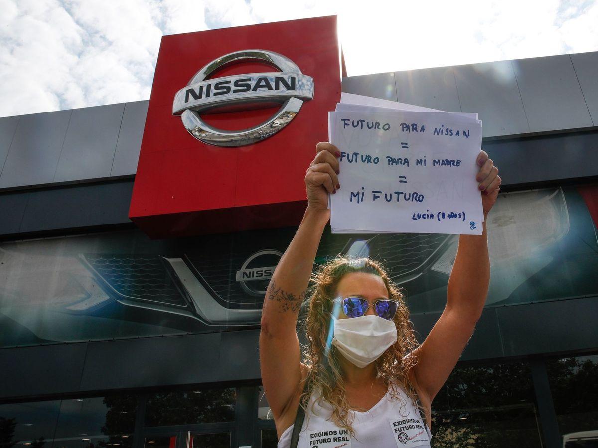 Foto: Una trabajadora de Nissan protesta ante un concesionario de la marca en Granollers. (EFE)