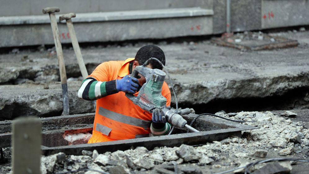 Foto: Un operario trabaja en un alcantarillado en Bilbao. (EFE)