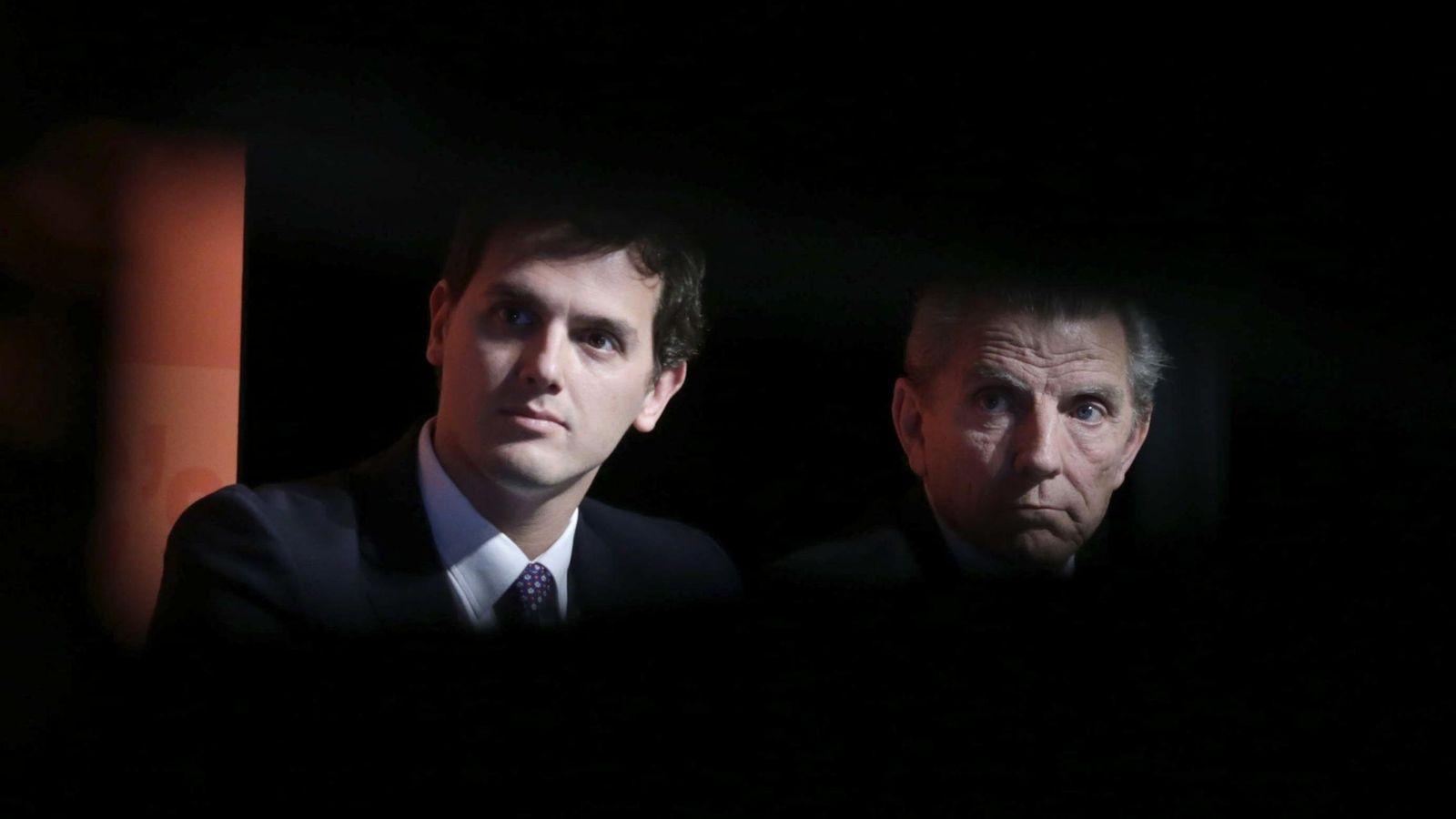 Foto: El presidente de Ciudadanos, Albert Rivera (i), y el economista Manuel Conthe. (EFE)
