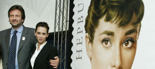 Foto: Sean Hepburn y Jeniffer Love Hewitt junto al sello honorífico de Audrey Hepburn. (Reuters)