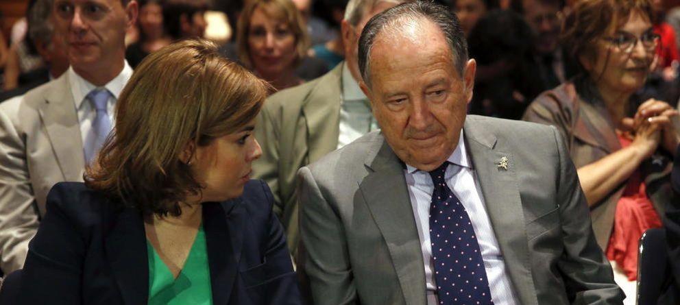 Foto: Sáenz de Santamaría conversa con el director del CNI, Félix Sanz Roldán. (Efe)
