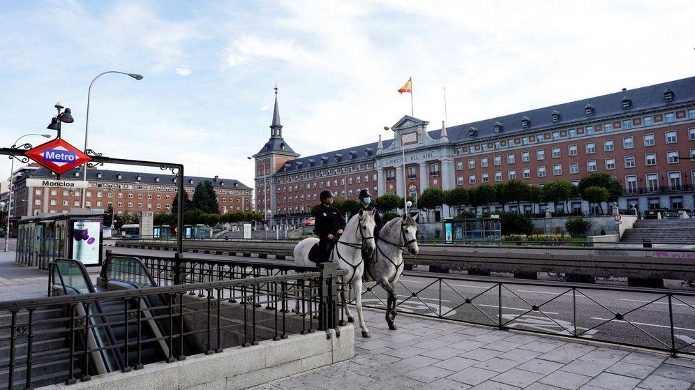 Foto: Policías a caballo recorren Madrid. (Reuters)