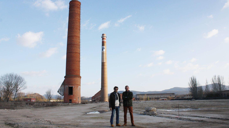 Roberto Martínez y Carlos Soleto, en los terrenos donde irá la terminal de contenedores. (R. M.)