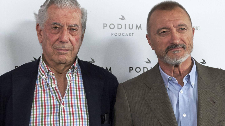 Mario Vargas Llosa y Arturo Pérez-Reverte. (Getty)