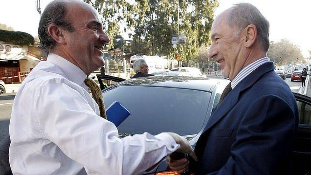 Foto: El exministro de Economía, Luis de Guindos, con Rodrigo Rato, en 2012. (EFE)