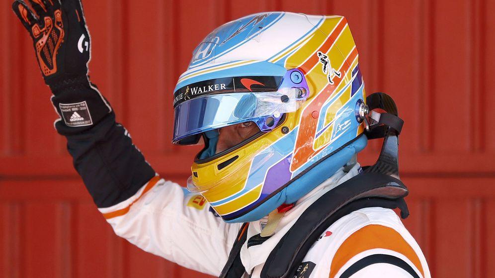 Foto: Alonso, saludando al público tras la clasificación. (EFE)