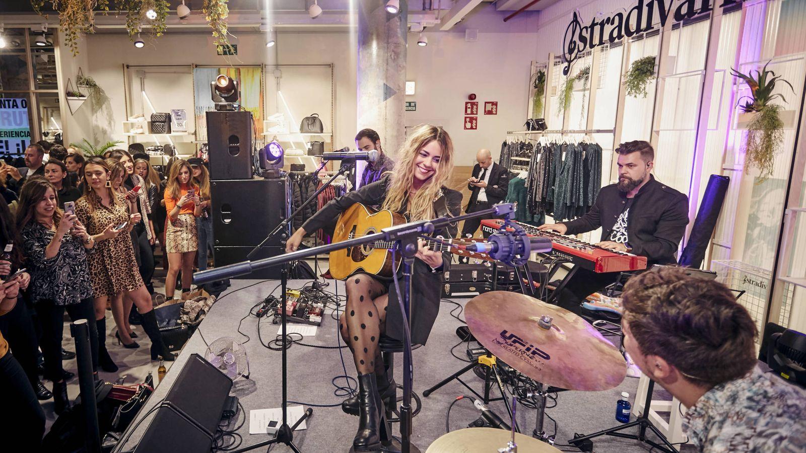 Foto: La cantante Sofía Ellar durante el concierto que ofreció con motivo de la inauguración de la tienda. (Imagen: Stradivarius)