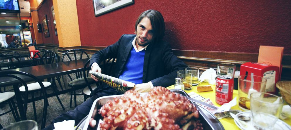 Foto: Soto Ivars, encarando a un pulpo menos amenazante que el de la portada de su novela (Foto: E. Villarino)