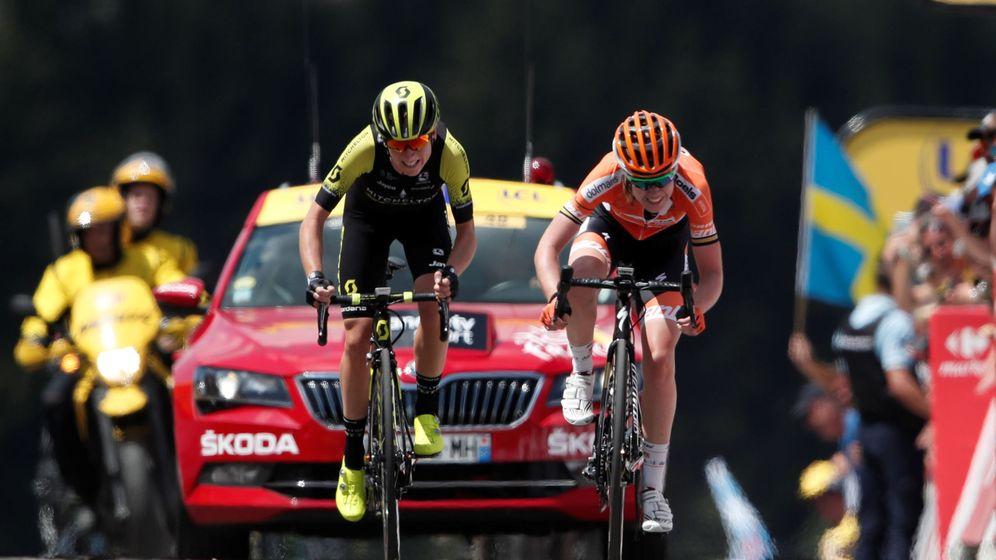 Foto: Van Vleuten superó a Van der Breggen casi sobre la línea de meta. (Reuters)