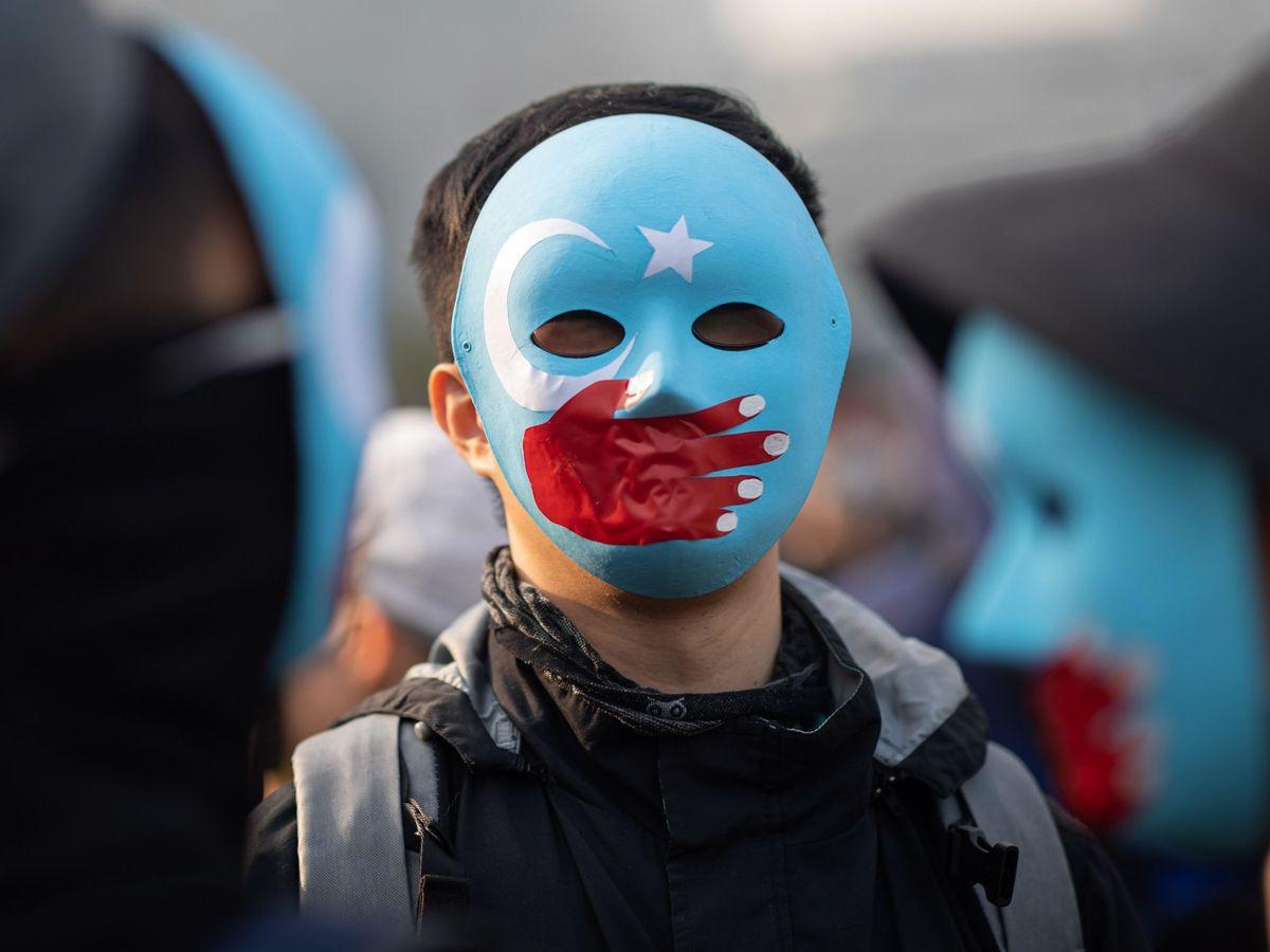 Foto: Un manifestante luce una careta durante la protesta celebrada en apoyo a los musulmanes uigur de Xianjiang en Hong Kong (China). (Reuters)