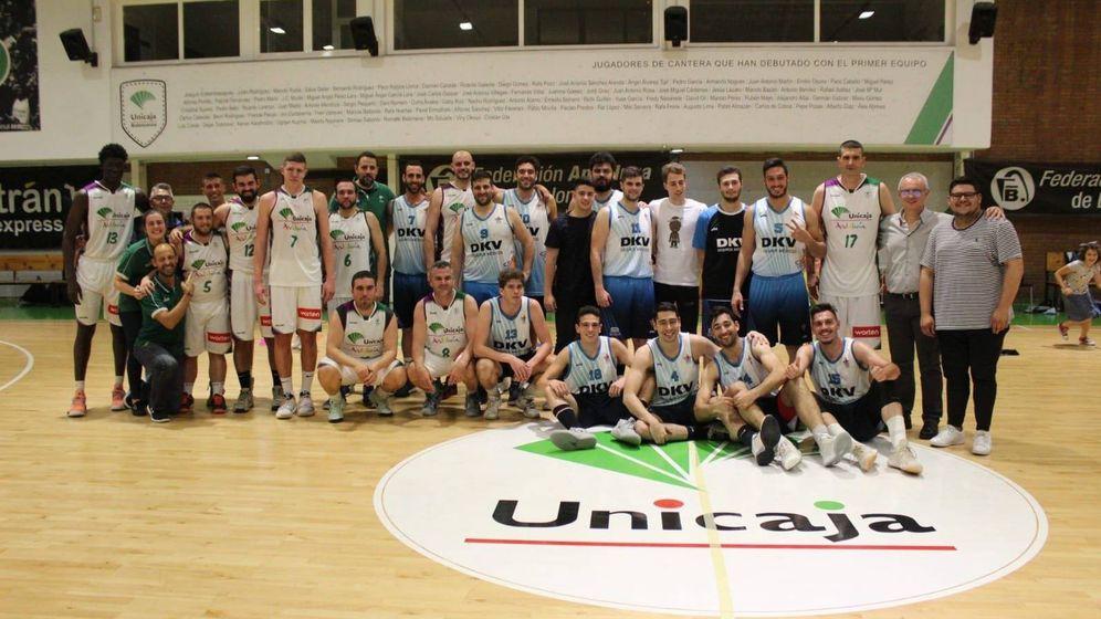 Foto: La foto de familia de los dos equipos tras el partido, con Carlos Jímenez entre los jugadores. (Foto: Unicaja)