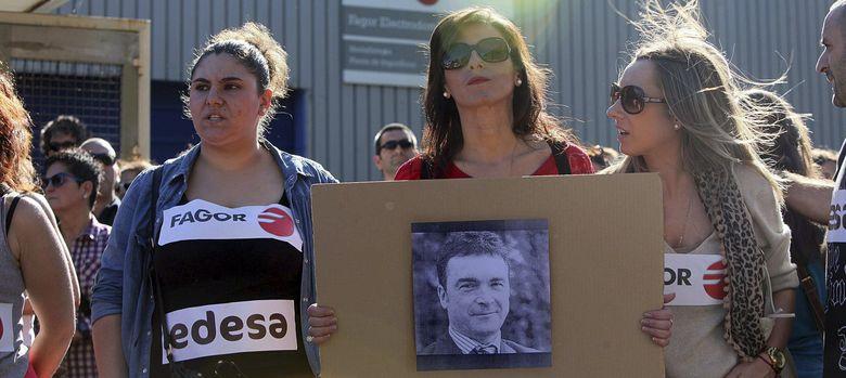 Foto: Los socios y trabajadores de Fagor durante la manifestación que han llevado a cabo en Arrasate. (EFE)