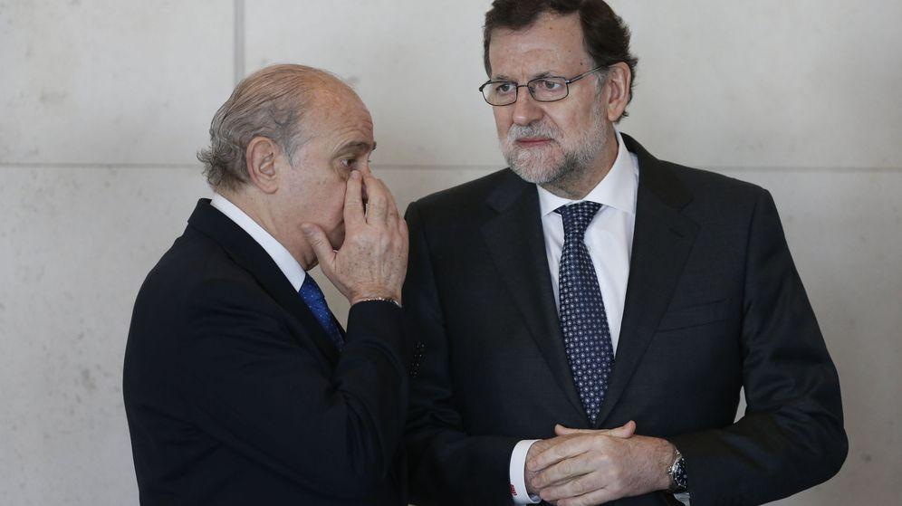 Foto: El presidente del Gobierno, Mariano Rajoy, y el exministro del Interior, Jorge Fernández Díaz, en una imagen de archivo. (Efe)