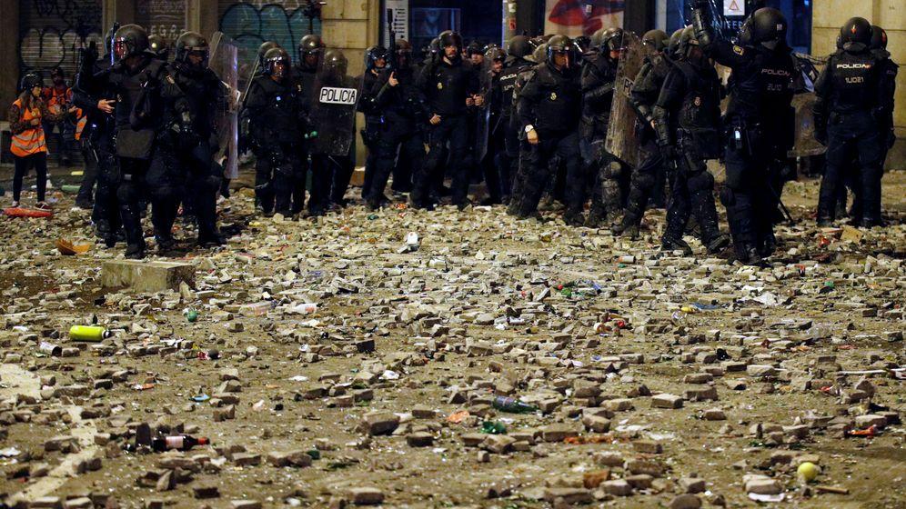 Foto: Un grupo de antidisturbios, en mitad de las calles de Barcelona tras contener una protesta. (Reuters)