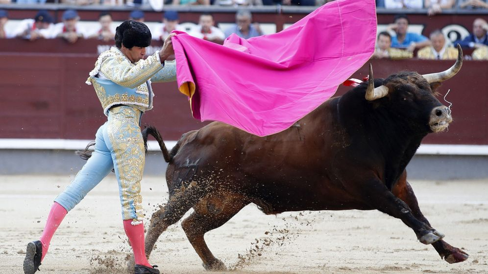 Foto: El diestro Cayetano Rivera, con su primero. (EFE)
