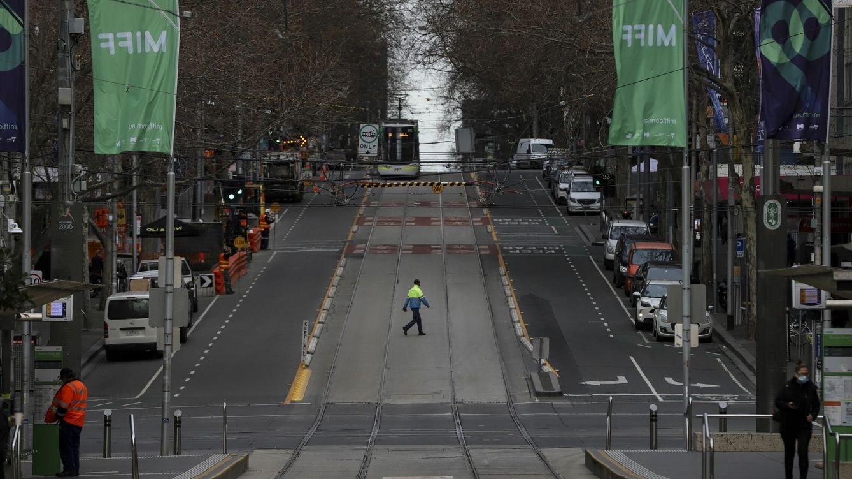 Foto: Un hombre cruza una calle en Melbourne durante el confinamiento impuesto a principios de este mes. (EFE)