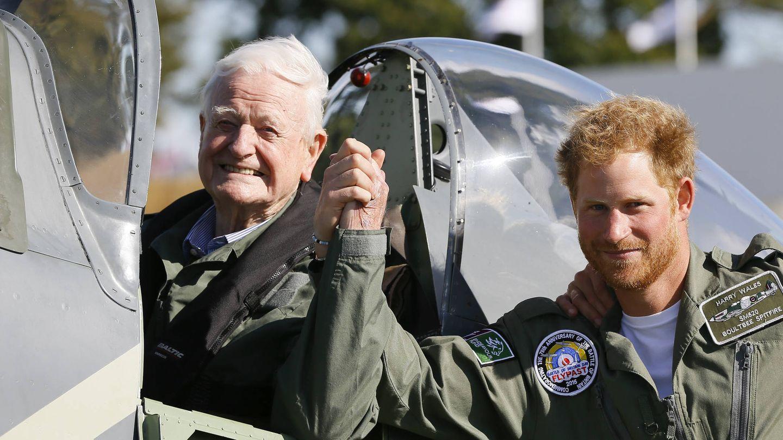 El príncipe Harry y un veterano del ejército británico. (Getty)
