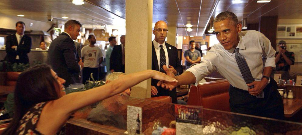 Foto: Obama saluda a los comensales del restaurante Canter's Deli de California (Efe)