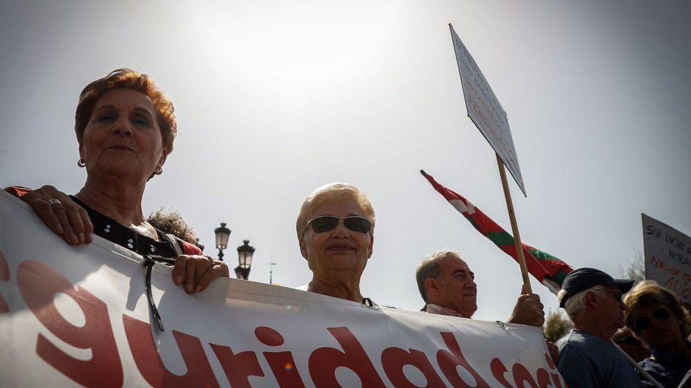 Foto: Concentración de pensionistas en San Sebastián (EFE/Javier Etxezarreta)