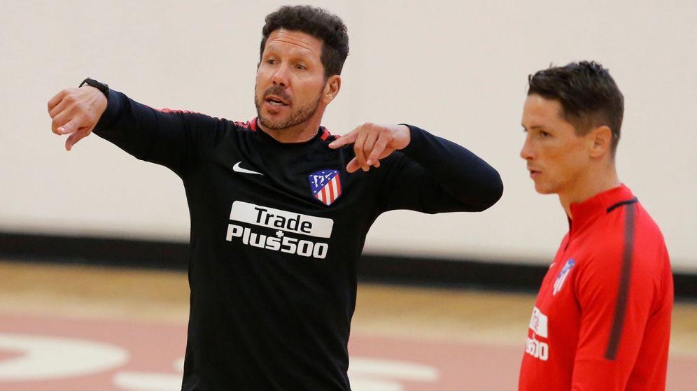 Foto: Simeone y Torres, durante un entrenamiento del Atlético de Madrid. (EFE)