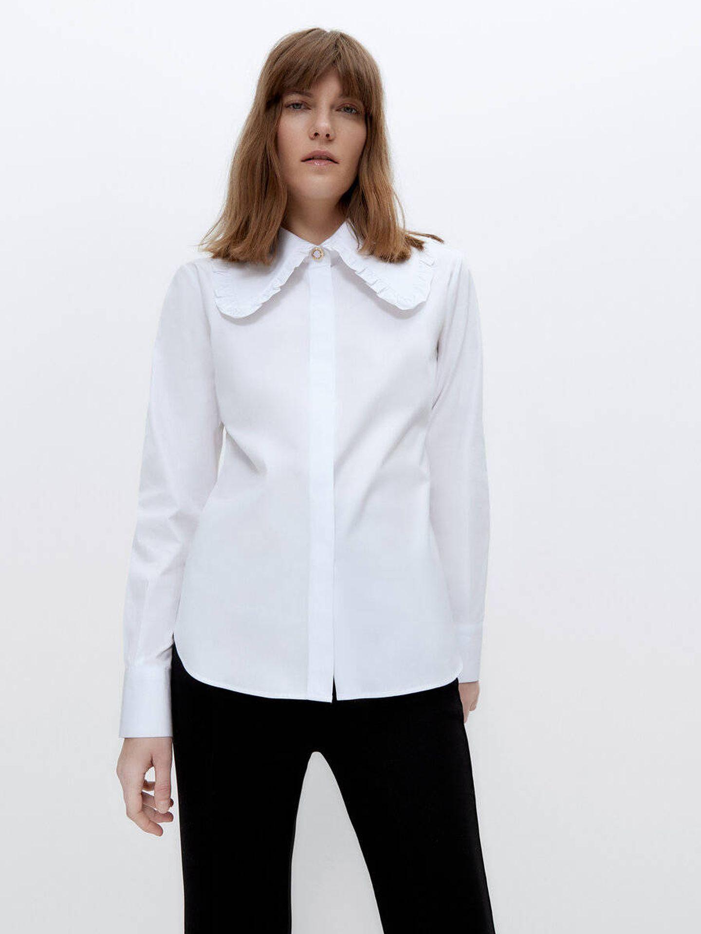 La camisa con cuello bobo de Uterqüe en color blanco. (Cortesía)