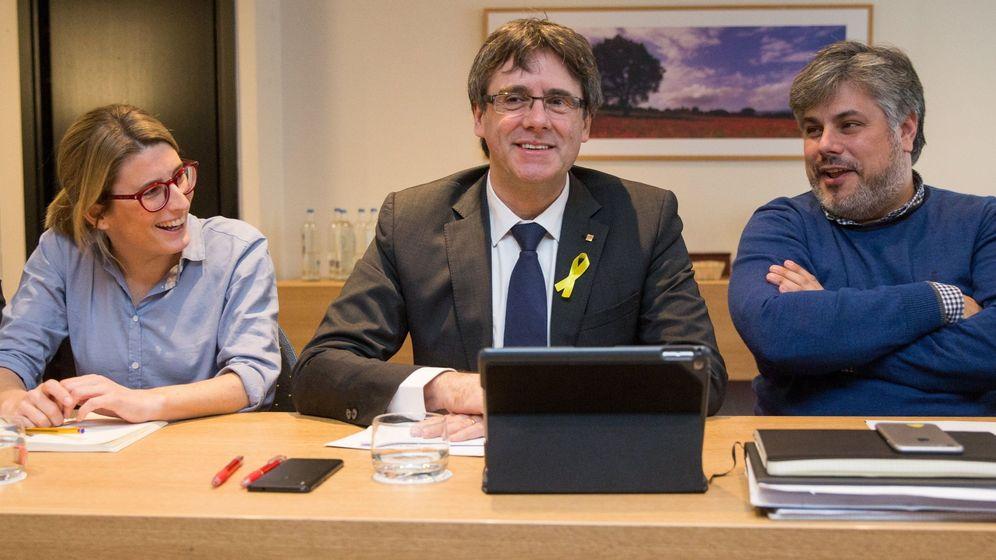 Foto: Carles Puigdemont junto a Elsa Artadi y el diputado Albert Batet. (Efe)