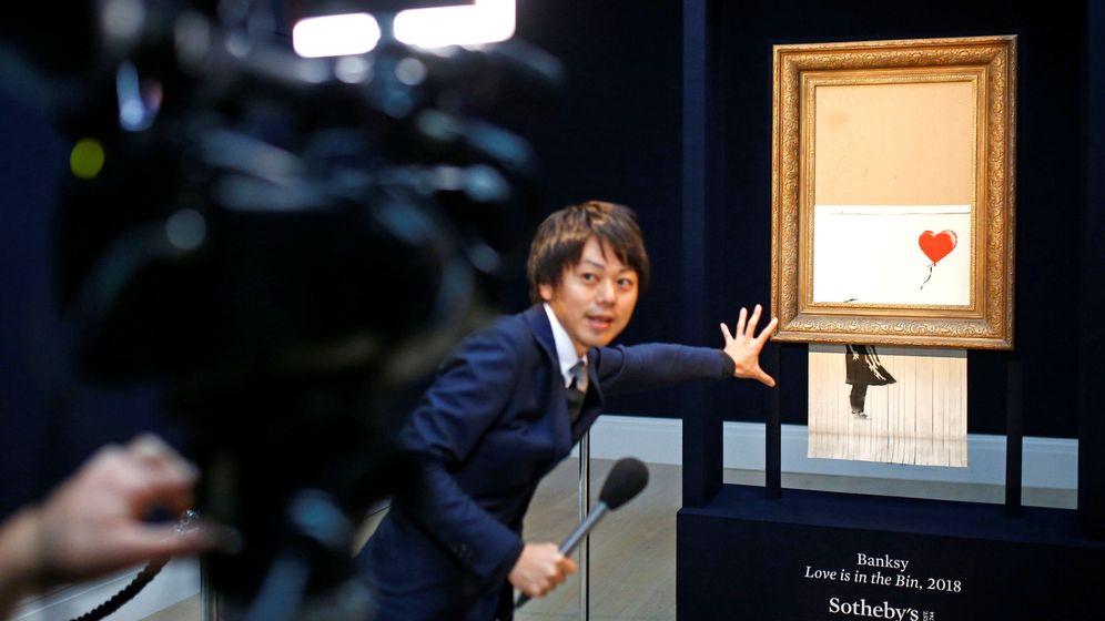 Foto: Un acámara de televisión graba la performance de 'Niña con globo'. (Henry Nicholls/Reuters)