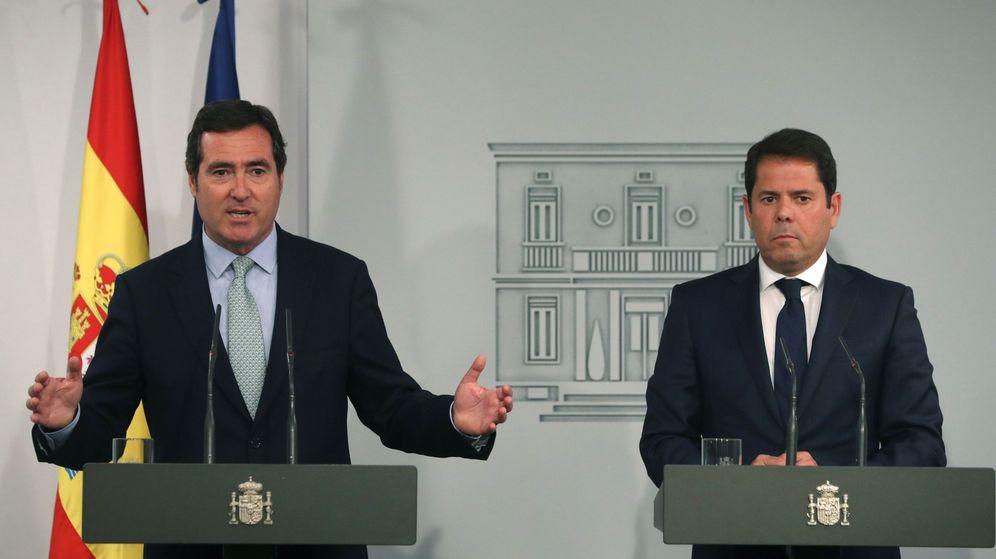 Foto: Los presidentes de CEOE, Antonio Garamendi, y Cepyme, Gerardo Cueva, en una rueda de prensa en Moncloa. (EFE)