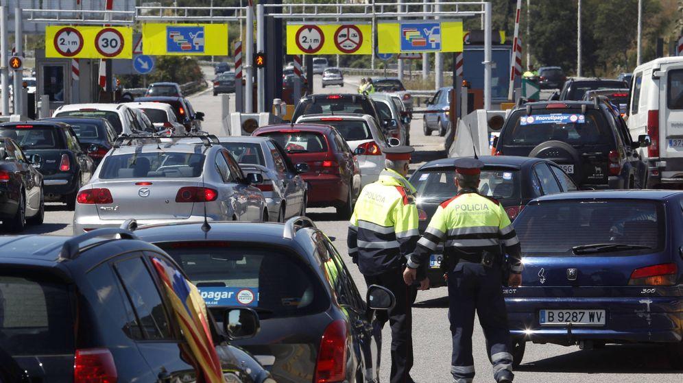 Foto: Dos oficiales organizan el tráfico en Vilassar de Mar, Barcelona (Reuters)