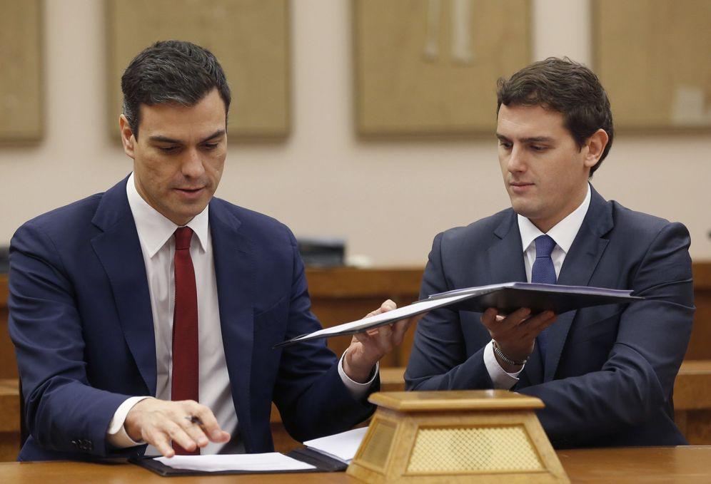 Foto: Pedro Sánchez y Albert Rivera, en la firma del acuerdo de investidura y legislatura, este 24 de febrero. (EFE)
