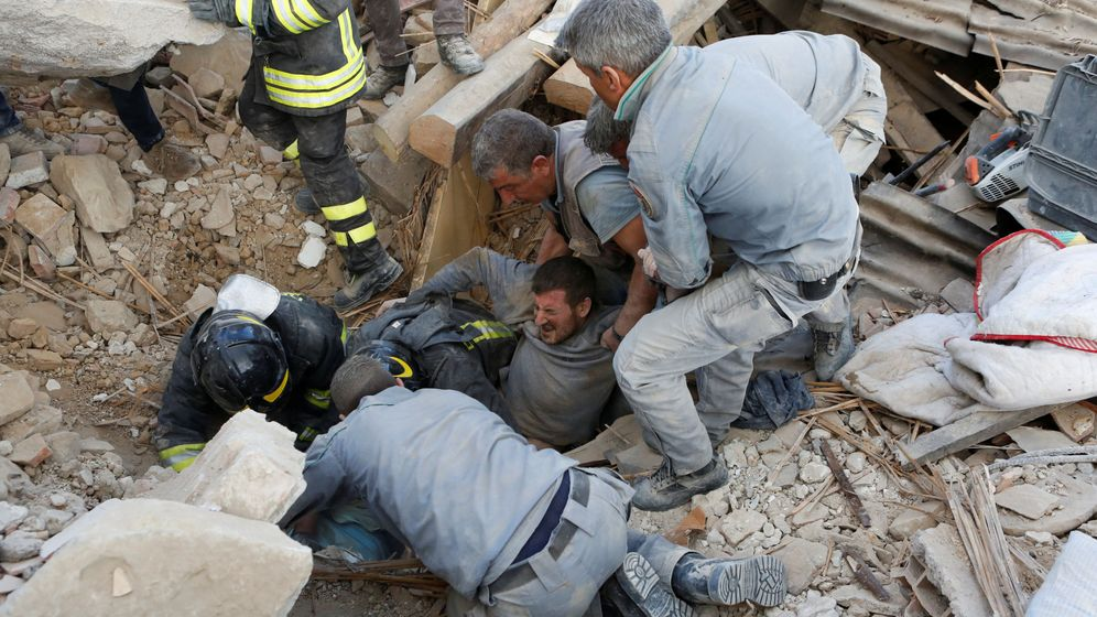 Foto: Imagen del rescate de un hombre en Amatrice (REUTERS)