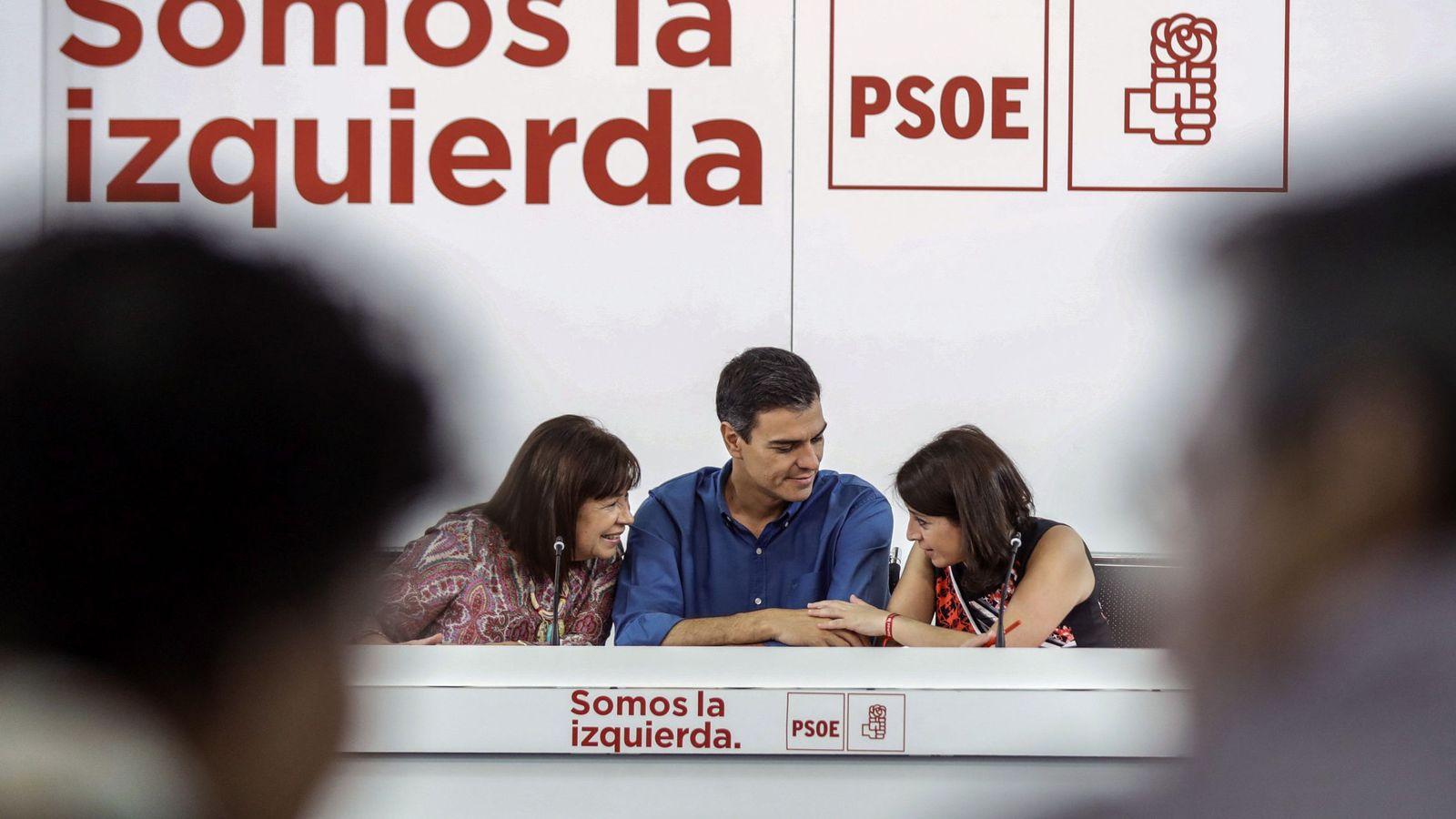 Foto: Pedro Sánchez, flanqueado por Cristina Narbona y Adriana Lastra, presidenta y vicesecretaria general del PSOE, en la ejecutiva del 19 de junio. (EFE)