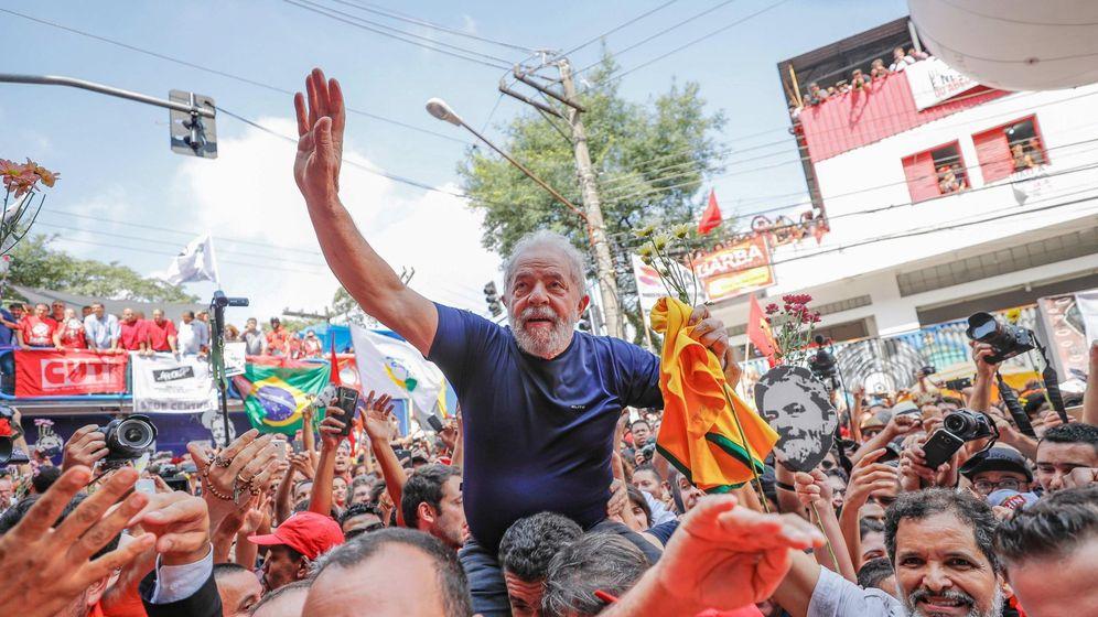 Foto: Lula, subido a hombros y rodeado de simpatizantes del Partido de los Trabajadores. (EFE)