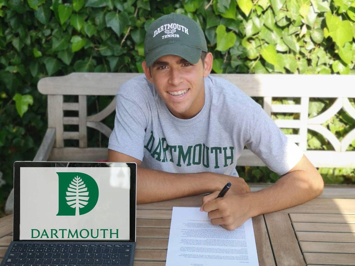 Foto: Carlos Guerrero firma su admisión por Dartmouth. (Fotografía cedida)