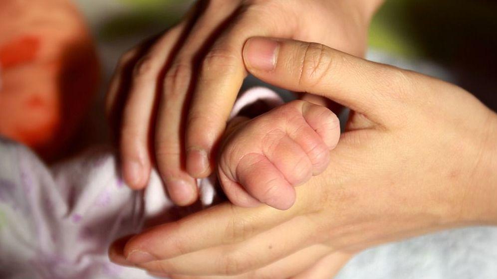 Foto: Foto de archivo de un bebé junto a su padre (CC/Pixabay)