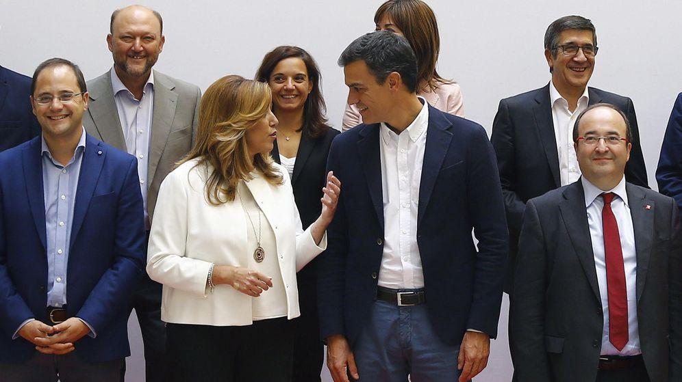 Foto: Susana Díaz y Pedro Sánchez charlan durante la foto de familia del Consejo de Política Federal del PSOE, este 29 de septiembre en Ferraz. (EFE)