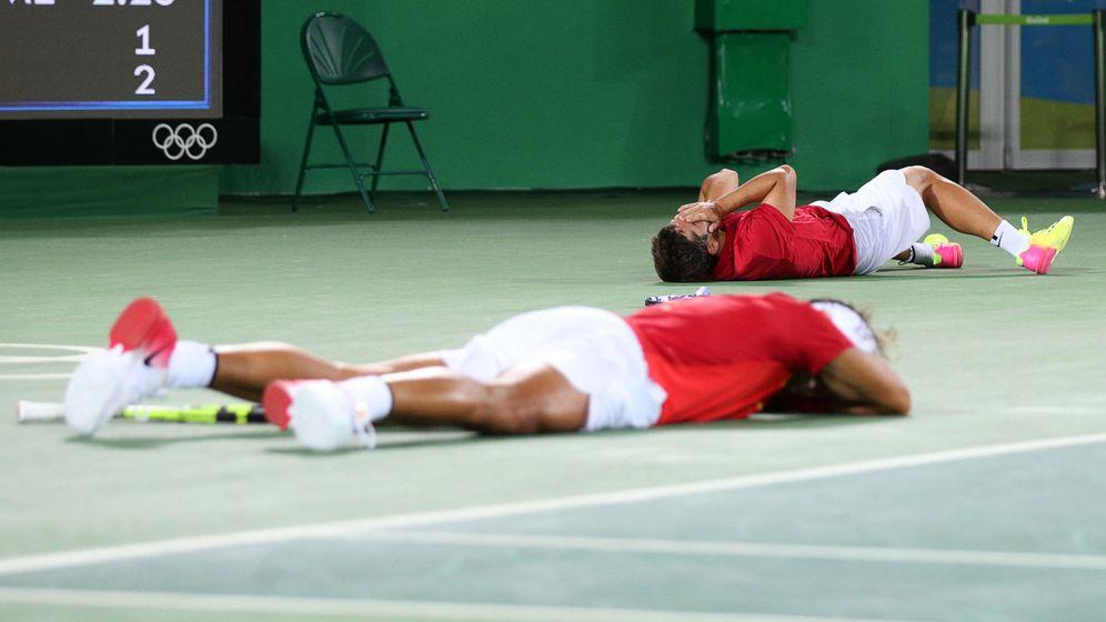 Foto: Nadal y Marc se echaron al suelo para celebrar la victoria. (Kevin Lamarque/Reuters)