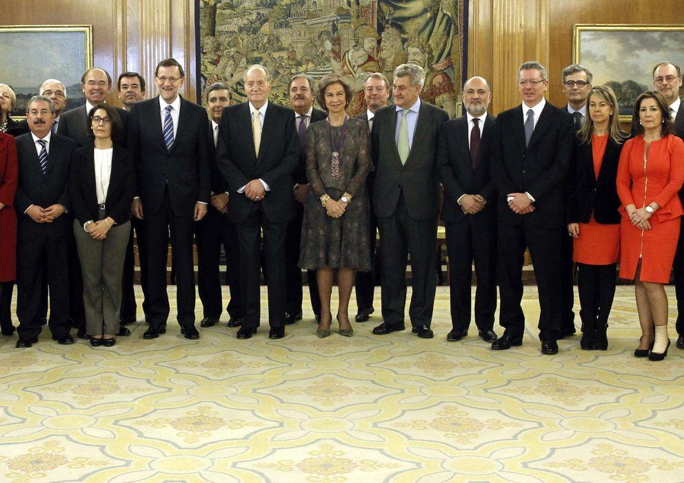 Foto: Los Reyes Juan Carlos y Sofía y el presidente Mariano Rajoy posan con los veinte nuevos vocales del CGPJ (EFE)