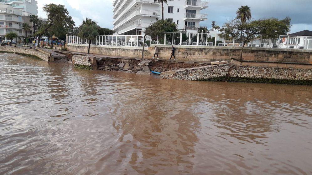 Foto: Paseo marítimo dañado en Mallorca. (Joan Camacho / Reuters)