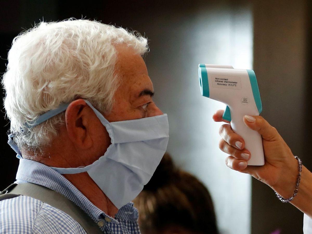 Foto: Grupos de personas pasan controles de salud en el Aeropuerto Internacional José Martí de La Habana (Cuba). (EFE)