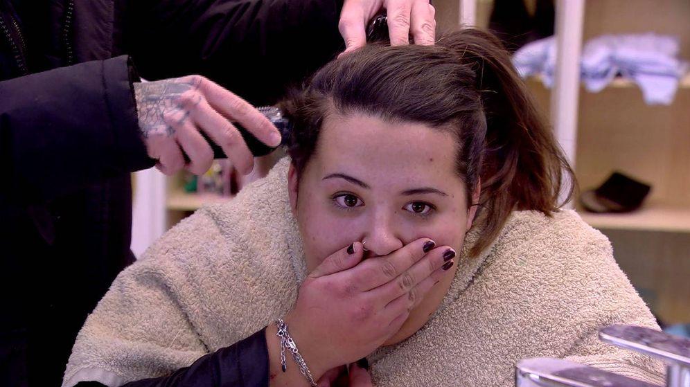 Foto: Pilar, asustada del corte de pelo que le están realizando.