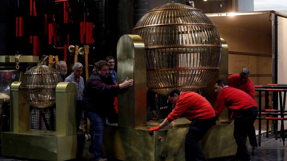Foto: Los bombos de la Lotería en su llegada al Teatro Real. (EFE)
