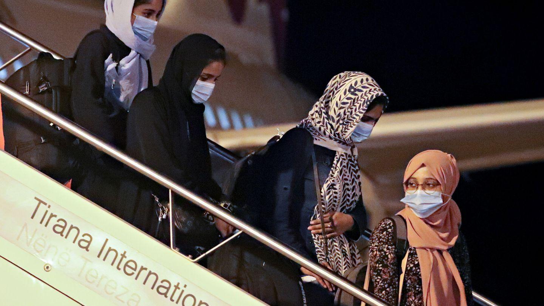 Refugiados afganos desembarcando en Albania. (Reuters)